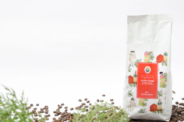 Bolsa de café orgánico con etiqueta roja. Amabientada