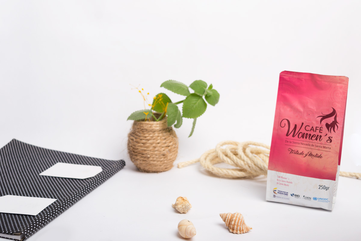 Bolsa de cafe rosada que hace un reconocimiento a la mujer dentro del campo y la sociedad
